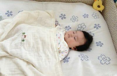 スグネで寝ている赤ちゃん