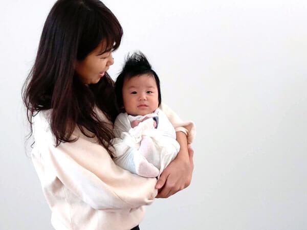 赤ちゃんはまんまる抱っこで落ち着く