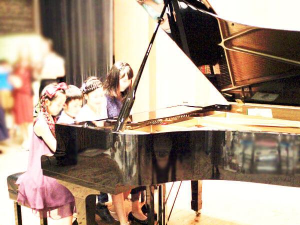 4人でピアノの連弾