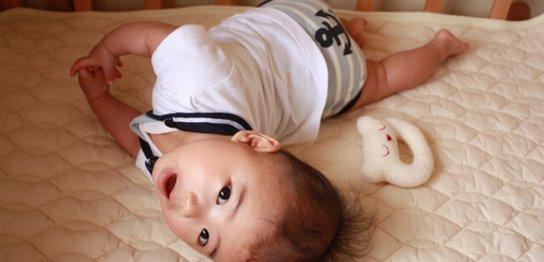 反り返る赤ちゃん
