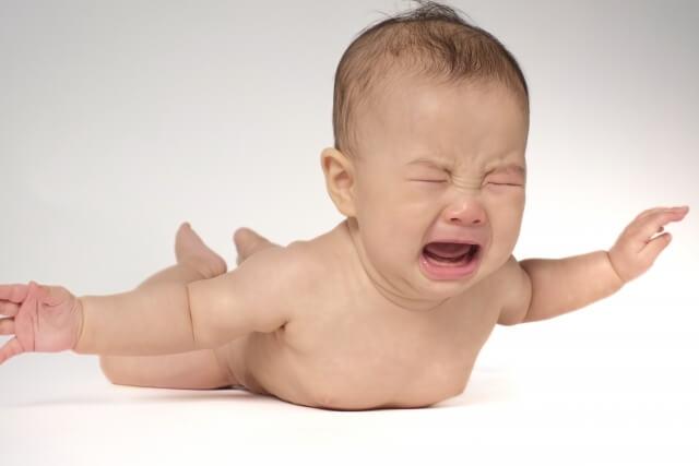 腹ばいで飛行機のような姿勢になる赤ちゃん